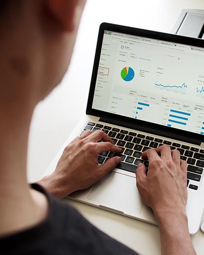 Femme sur un ordinateur portable sur une page avec des graphiques
